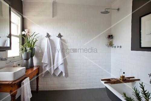 rustikaler holztisch mit aufbauwaschbecken vor fenster. Black Bedroom Furniture Sets. Home Design Ideas