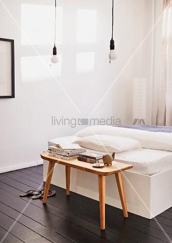 schlafzimmer mit dunklem dielenboden pendelleuchte mit zugschalter und holzbank als nachttisch. Black Bedroom Furniture Sets. Home Design Ideas