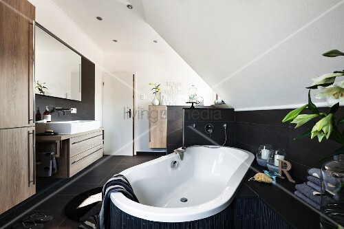 badewanne diagonal in raum positioniert unter dachschr ge an wand halbhoch braune fliesen. Black Bedroom Furniture Sets. Home Design Ideas
