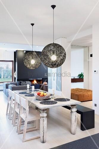 essplatz mit rustikalem holztisch st hlen und bank unter moooi pendelleuchten mit schwarzem. Black Bedroom Furniture Sets. Home Design Ideas