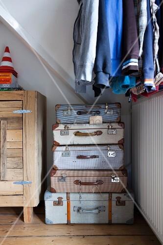 w scheaufbewahrung in gestapelten vintage koffern im. Black Bedroom Furniture Sets. Home Design Ideas