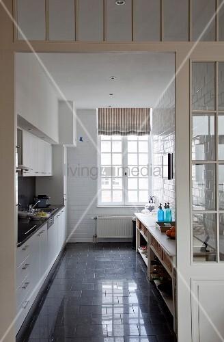 blick in zweizeilige küche mit einbaumöbeln und sideboard ... - Küche Zweizeilig