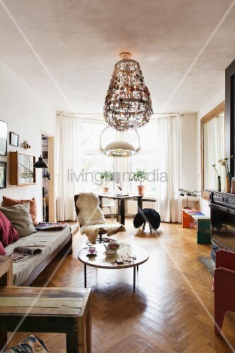 runder couchtisch vor sitzbank mit polster im wohnzimmer mit fischgr tparkett und erker bild. Black Bedroom Furniture Sets. Home Design Ideas
