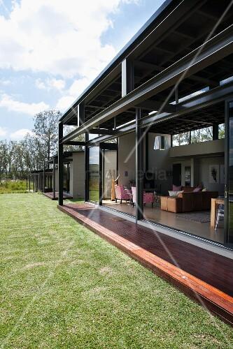 zeitgen ssisches wohnhaus mit offenen terrassen. Black Bedroom Furniture Sets. Home Design Ideas
