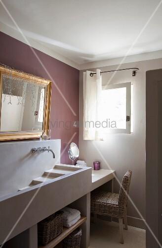 kaskaden waschbecken aus beton auf waschtisch goldrahmenspiegel auf der in mauve get nten wand. Black Bedroom Furniture Sets. Home Design Ideas