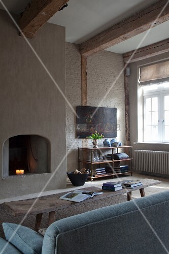 sitzbereich vor dem glas kaminofen shaggy teppich holz dekor
