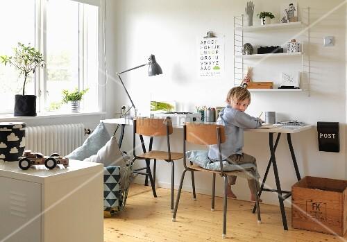 jungenzimmer mit schreibtisch und wandregal holzst hle und holzkiste mit vintageflair bild. Black Bedroom Furniture Sets. Home Design Ideas