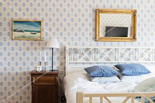 doppelbett mit kopfteil aus weissem holz in l ndlichem schlafzimmer bild und goldrahmenspiegel. Black Bedroom Furniture Sets. Home Design Ideas