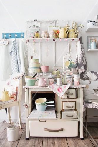 alter k chenherd mit verschiedenem pastellfarbenem vintage geschirr bild kaufen living4media. Black Bedroom Furniture Sets. Home Design Ideas