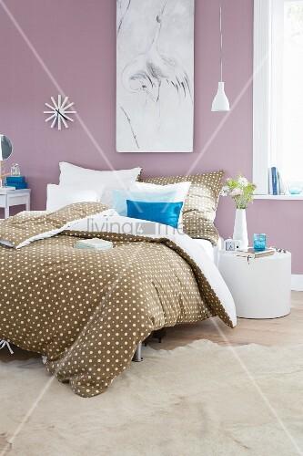 bettw sche im punktedessin auf doppelbett in romantisch. Black Bedroom Furniture Sets. Home Design Ideas
