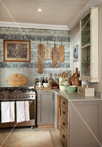 rustikale k chenecke k chenzeile mit grau lackierten unterschr nken und moderner edelstahl. Black Bedroom Furniture Sets. Home Design Ideas