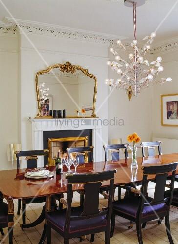 original antiker esstisch mit stuhl reproduktionen verspielter design kronleuchter und. Black Bedroom Furniture Sets. Home Design Ideas