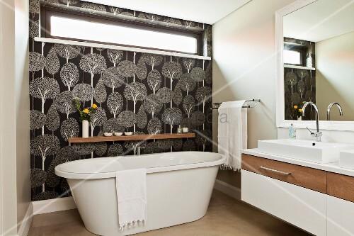 freistehende badewanne vor wand mit oberlicht fenster und schwarz. Black Bedroom Furniture Sets. Home Design Ideas