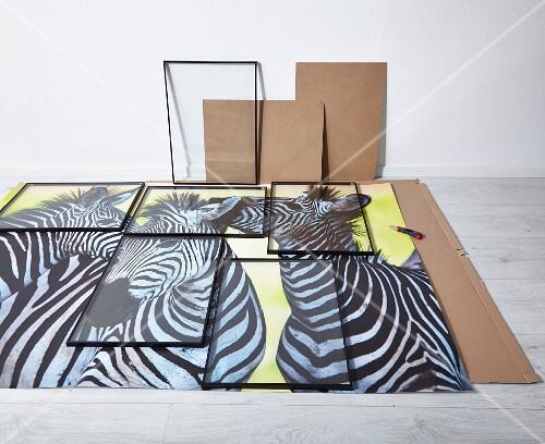 auf dem boden ausgelegter poster und verteilte bilderrahmen als entwurf f r eine wandcollage. Black Bedroom Furniture Sets. Home Design Ideas