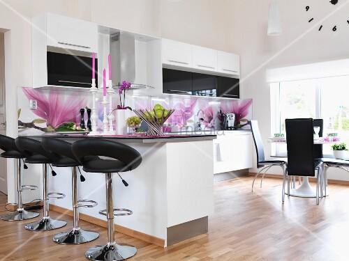 weisse einbauk che mit magnolien tapete an der r ckwand barhocker mit leder sitzpolster vor. Black Bedroom Furniture Sets. Home Design Ideas