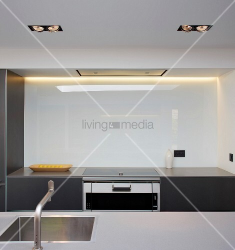Küchenzeile Glaswand ~ blicküber küchentheke mit eingebautem spülbecken auf