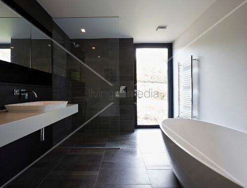 schwarz weisses designerbad mit freistehender badewanne. Black Bedroom Furniture Sets. Home Design Ideas