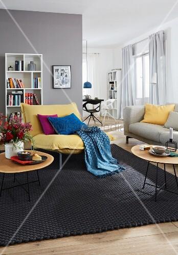 wohnzimmer gelber sessel mit plaid und kissen wei es b cherregal. Black Bedroom Furniture Sets. Home Design Ideas