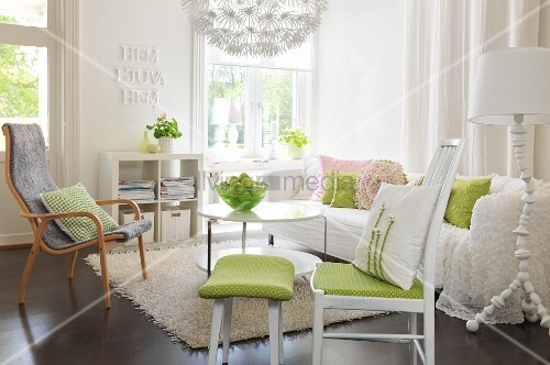 romantisches wohnzimmer stuhl mit gr nem sitzpolster und passendem fussschemel sessel und. Black Bedroom Furniture Sets. Home Design Ideas