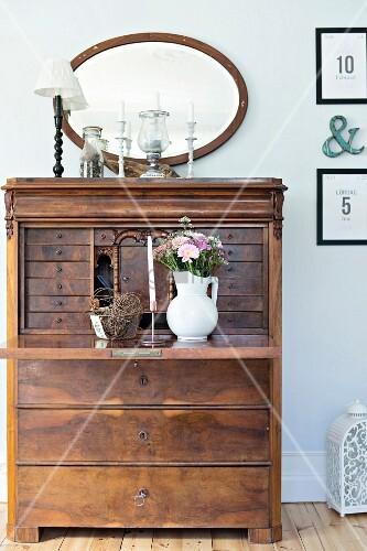 alter sekret r mit blumenstrauss in weissem krug auf. Black Bedroom Furniture Sets. Home Design Ideas