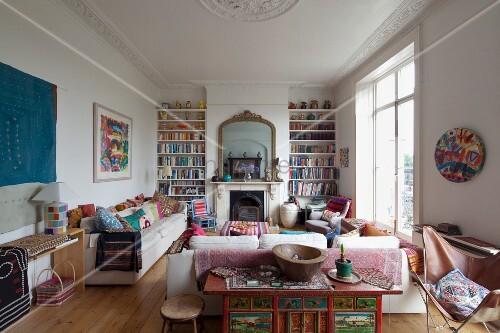 traditionelles wohnzimmer mit modernem flair, gemütliche sofas vor ...