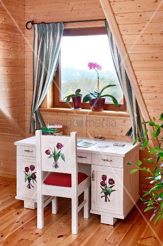 kleiner schreibtisch und stuhl mit blumenmotiven bemalt am fenster in dachzimmer mit. Black Bedroom Furniture Sets. Home Design Ideas