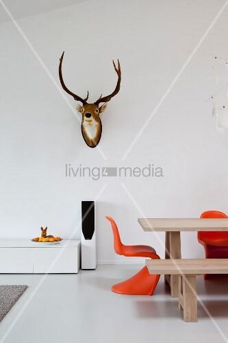 Minimalistisches Himmelbett Vor Wand Mit : Teilweise sichtbarer esstisch und klassikerstuhl in orange
