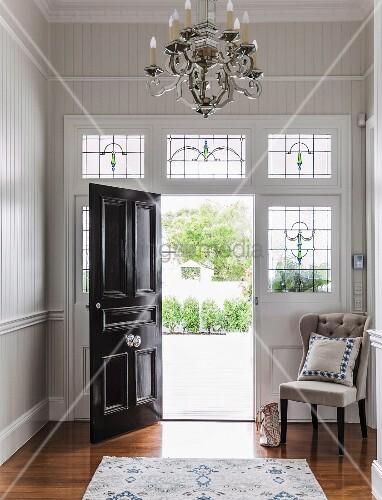 Geöffnete haustür  Eleganter Eingangsbereich mit Jugendstilmotiven, geöffnete ...