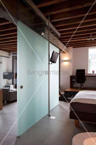 glas raumteiler mit schiebet r zwischen schlafbereich und wohnen in eleganter loftwohnung mit. Black Bedroom Furniture Sets. Home Design Ideas