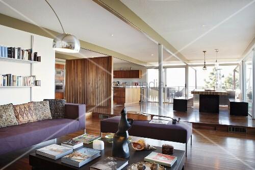 blick von loungeecke auf essplatz und offene k che hinter holz raumteiler auf empore bild. Black Bedroom Furniture Sets. Home Design Ideas