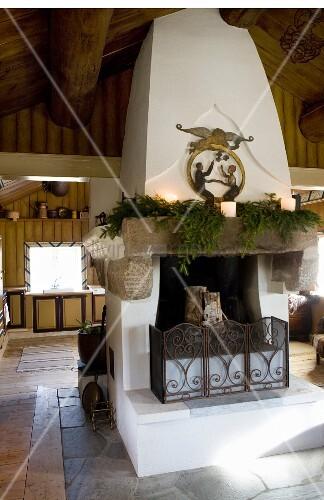 gemauerter kamin mit tannenzweigen und kerzen auf sims bild kaufen living4media. Black Bedroom Furniture Sets. Home Design Ideas