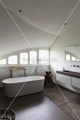 Freistehende Badewanne in Designerbad unter Gewölbedecke ...