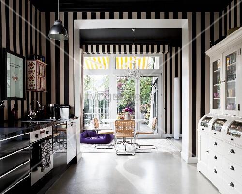 Küche mit schwarz-weisser Streifentapete, moderne Küchenzeile und ...