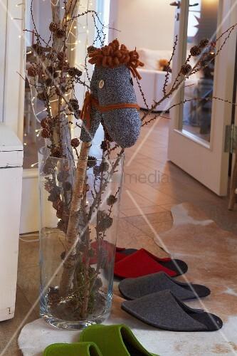 Selbst gemachtes sockensteckenpferd in weihnachtlich for Vase weihnachtlich dekorieren