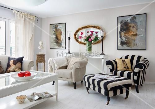 heller klassischer wohnzimmer couchtisch mit glasf llung vor naturfarbenem sessel und. Black Bedroom Furniture Sets. Home Design Ideas