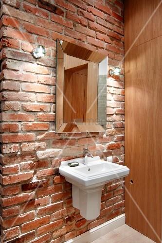 Vintage waschbecken und spiegel an rustikaler ziegelwand seitlich moderner holzschrank bild - Rustikaler spiegel ...