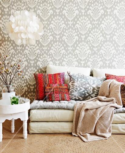 Sitzecke mit orientalischen akzenten durch bunte kissen for Bunte tapete