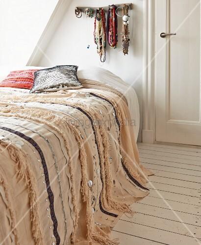 schlafzimmer unterm dach mit orientalischer paillettendecke auf dem bett und bunter. Black Bedroom Furniture Sets. Home Design Ideas
