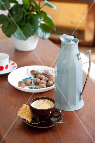 eine tasse espresso und eine hellblaue retro kanne bild kaufen living4media. Black Bedroom Furniture Sets. Home Design Ideas