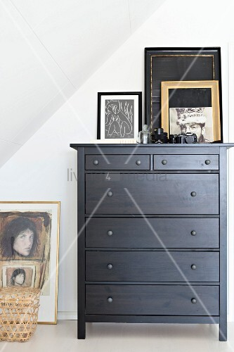 schwarz lackierte kommode mit bild und bilderrahmen unter dachschr ge bild kaufen living4media. Black Bedroom Furniture Sets. Home Design Ideas