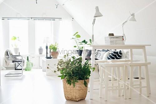 weisser thekentisch mit hockern daneben pflanze im korb auf hellem boden im hintergrund. Black Bedroom Furniture Sets. Home Design Ideas