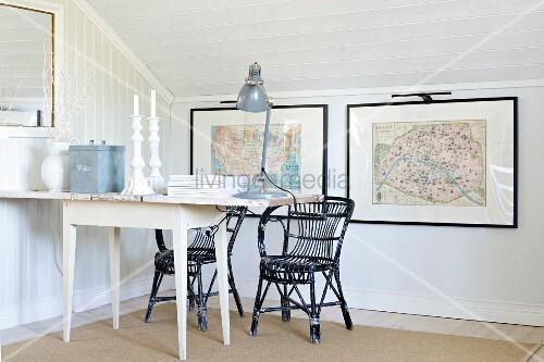 retro tischleuchte und kerzenhalter auf weissem tisch und schwarze rattanst hle in dachzimmer. Black Bedroom Furniture Sets. Home Design Ideas