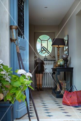 Offene haustür  Blick durch offene Haustür in Landhaus-Flur mit schwarzem ...
