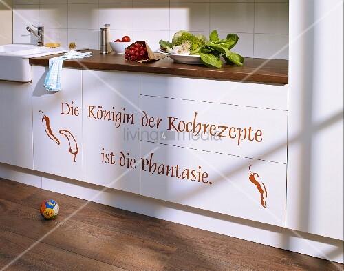 Mit Wandtattoo aufgepeppte Küchenfronten