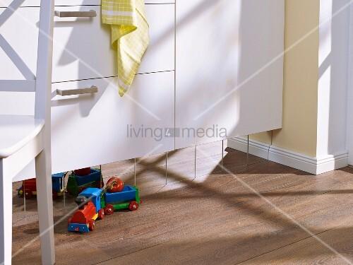 mit spiegelfliesen aufgepeppter sockel unter den k chenfronten bild kaufen living4media. Black Bedroom Furniture Sets. Home Design Ideas