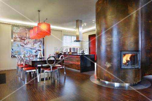 essplatz und offene k che aus dunklem holz edelstahl und roten farbakzenten geschwungener. Black Bedroom Furniture Sets. Home Design Ideas
