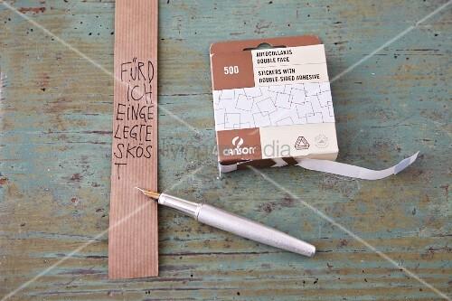 Papierbanderole zur Beschriftung eines Geschenks