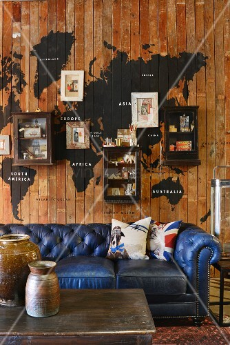 vintage ledercouch in blau vor holzwand mit aufgemalter. Black Bedroom Furniture Sets. Home Design Ideas