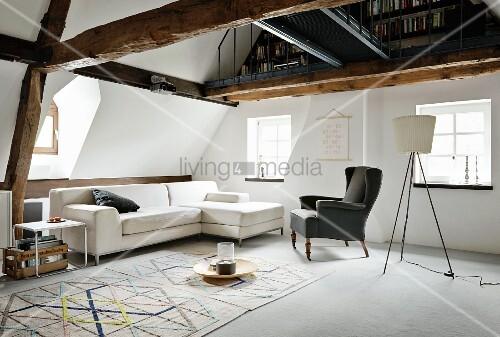 sofa ohrensessel und klassiker beistelltisch davor teppich mit geometrischem muster dar ber. Black Bedroom Furniture Sets. Home Design Ideas