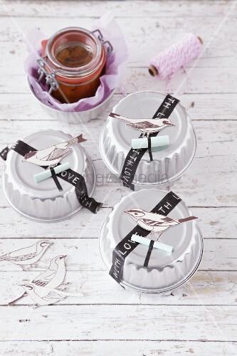 Marmelade in verzierten Backförmchen als Geschenk